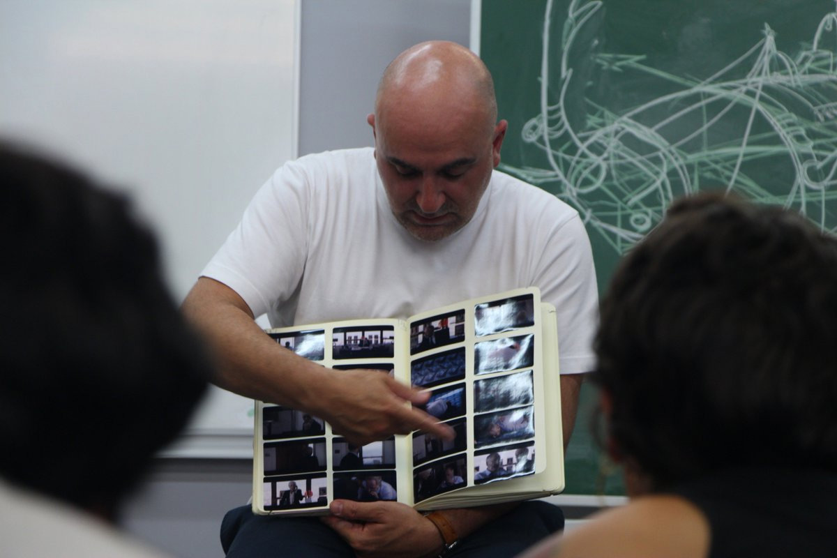 """Les étudiants en formation de monteur vidéo ou audiovisuel participent à des masterclass. Ici, une masterclass du réalisateur de """"Tout ce qui brille"""" Hervé Mimiran."""
