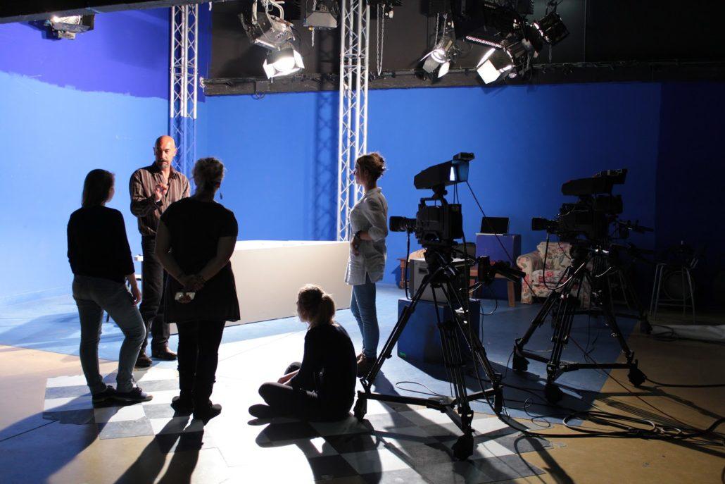 Mise en situation d'un tournage sur un plateau de télévision lors d'une formation de production audiovisuelle