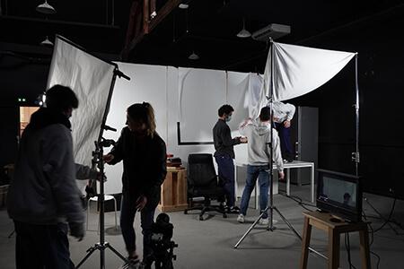 etudiants Ynov Audiovisuel préparant le plateau